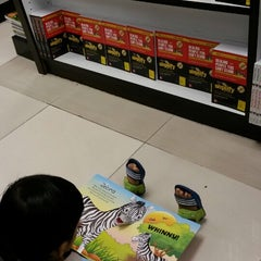 Photo taken at Popular Bookstore by Aida R. on 5/30/2015