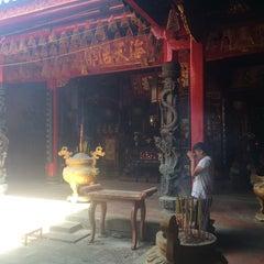 Photo taken at Miếu Q5 by Steven L. on 10/26/2014