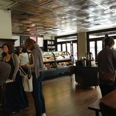 Foto tirada no(a) Starbucks por Andrew K. em 6/15/2013