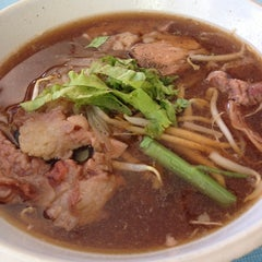 Photo taken at ก๋วยเตี๋ยวเนื้อวัว วัดดงมูลเหล็ก (Wat Dong Moon Lek Noodle) by Napar C. on 6/3/2014