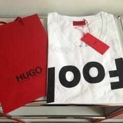 Das Foto wurde bei HUGO Store von alles4square am 9/3/2013 aufgenommen
