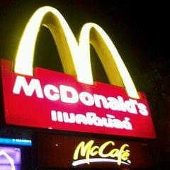 Photo taken at McDonald's & McCafé (แมคโดนัลด์ & แมคคาเฟ่) by สุกิจกานต์ ว. on 2/16/2013