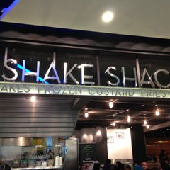 Photo taken at Shake Shack | شيك شاك by Bader A. on 7/3/2013