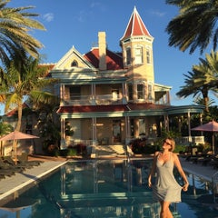 Photo taken at The Southernmost House by Laetiz on 11/11/2014