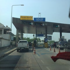 Photo taken at ด่านฯ ประชาชื่น - ขาออก (Prachachuen Toll Plaza - Outbound) by thummanoon k. on 3/13/2013