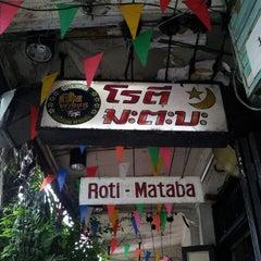 Photo taken at โรตี-มะตะบะ (Roti-Mataba) by far s. on 6/8/2013