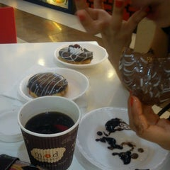 Photo taken at Mad Over Donuts by Andrey B. on 4/1/2013