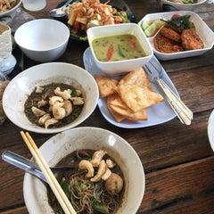 Photo taken at ก๋วยเตี๋ยวเรือนายหงอก บ้านสวน by Whacha C. on 8/10/2015