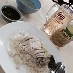 Photo taken at ข้าวมันไก่รุ่งแสง by Pam S. on 7/8/2014
