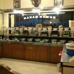 Photo taken at RM Padang Duta Minang by Dimas J. on 12/6/2012