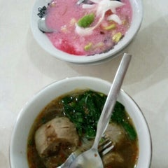 Photo taken at Bakso Jawir by Ervien E. on 4/24/2016