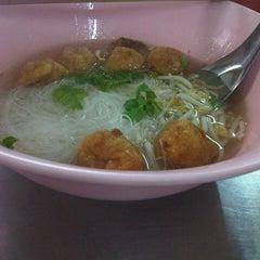 Photo taken at ลูกชิ้นปลาเล่าจึง สุขุมวิท101/1 by โดดเดี่ยวเจี๊ยวหด on 9/30/2012