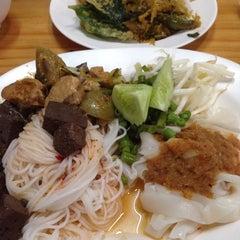 Photo taken at ขนมจีนบุฟเฟ่ต์บ้านไทรร่มเย็น by Pan s. on 11/28/2014