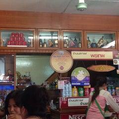 Photo taken at ร้านพรเทพ อาหารเช้ายอดนิยม by Maung O. on 5/31/2015