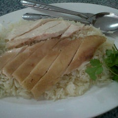 Photo taken at ข้าวมันไก่ ลุงหมิง by PANGPOND ♥. on 1/10/2012