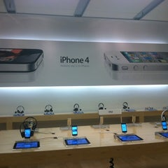 Photo taken at Apple Store, Chandler Fashion Center by Ben A. on 8/19/2011