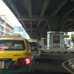 Photo taken at แยกรัชดา-ลาดพร้าว (Ratchada-Lat Phrao Intersection) by Daow Ja D. on 6/1/2012