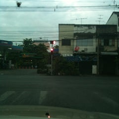 Photo taken at สามแยกพิชัย (Sam Yaek Phichai Junction) by Mana T. on 3/9/2012