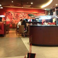 Photo taken at Pizza Hut by Hamdayani A. on 5/7/2013