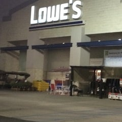 Photo taken at Lowe's Home Improvement by Leonardo T. on 6/29/2014