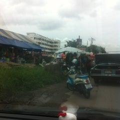 Photo taken at ตลาดนัดแยกกรุงเทพกรีฑา (Yaek Krungthep Kritha Market) by KA W. on 7/9/2013