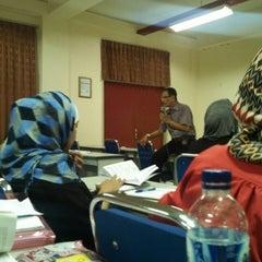 Photo taken at Gedung B Fakultas Hukum UNAIR by ahmad z. on 3/17/2014