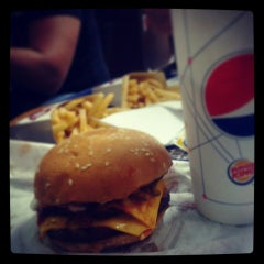 Photo taken at Burger King by Dulce R. on 3/28/2013
