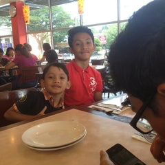Photo taken at Pizza Hut by Azizah Abd G. on 3/31/2013