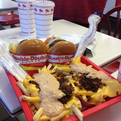 Photo taken at In-N-Out Burger by Ana Paula L. on 9/16/2013
