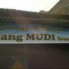 Photo taken at Siomay & Batagor Mang Mudi by Fajar T. on 12/31/2012