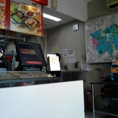 Photo taken at PHD - Pizza Hut Delivery by Sandra W. on 6/6/2015