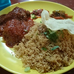 Photo taken at Mak Tim - Sajian Asli Warisan Johor by Hunny R. on 9/6/2014