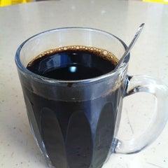 Photo taken at Yishun 761 U来 Coffee Shop by Derek L. on 10/29/2012