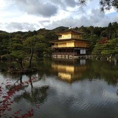 Photo taken at 北山 鹿苑寺 (金閣寺) (Kinkaku-Ji Temple) by Juhee S. on 11/10/2012