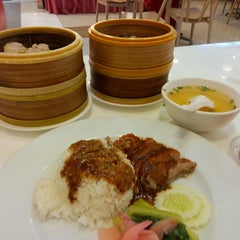 Photo taken at Golden Dragon Restaurant by Khawoat J. on 8/24/2014