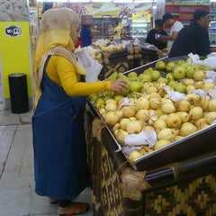 Photo taken at Giant Hypermarket by hendrix y. on 11/30/2014