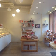Photo taken at Patisserie l'abricotier (パティスリー ラブリコチエ) by Nariai T. on 12/7/2014
