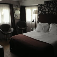Photo taken at New Hotel Roblin by Simone U. on 5/16/2013