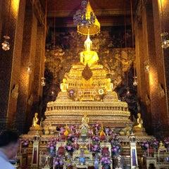 Photo taken at วัดพระเชตุพนวิมลมังคลารามฯ (Wat Pho) by Rattanajaruskul S. on 6/8/2013