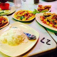 Photo taken at Restoran Air Buah Gelas Besar by Lieya J. on 8/7/2015