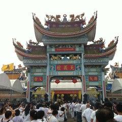 Photo taken at โรงเจหอคุณธรรมฟ้า by Teerapol K. on 10/23/2012
