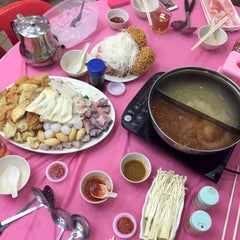 Photo taken at Restaurant Ho Ho Steamboat (好好海鲜火锅之家) by Brian V. on 4/30/2015