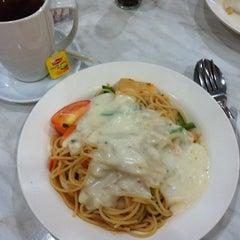 Photo taken at Pizza Milano by Yi Jing C. on 12/7/2013