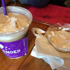 Photo taken at The Coffee Bean & Tea Leaf by JiYoung e. on 10/11/2014