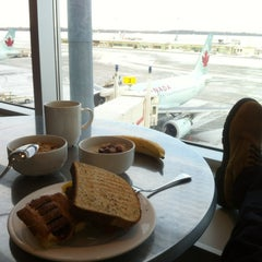 Photo taken at Maple Leaf Lounge (Domestic) by WiLL on 1/2/2013