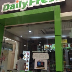 Photo taken at Daily Fresh by Magicwawa^^ on 10/22/2012