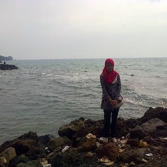 Photo taken at Pantai Anyer (Anyer Beach) by Nurjanah on 5/14/2015