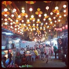Photo taken at Petaling St. (茨厂街 Chinatown) by Lim Z. on 10/3/2013