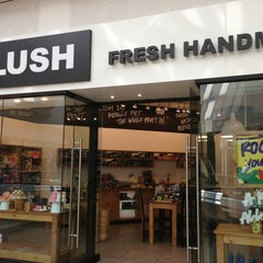Photo taken at Lush Fresh Handmade Cosmetics by Jo G. on 8/13/2013