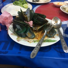 Photo taken at ข้าวต้ม กระดูกหมู by Chpoo p. on 7/26/2015